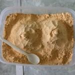 横チン作。きな粉の盛り付け。