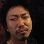 岡田君(ダーマン)はいつも酔うとこんな表情をします。